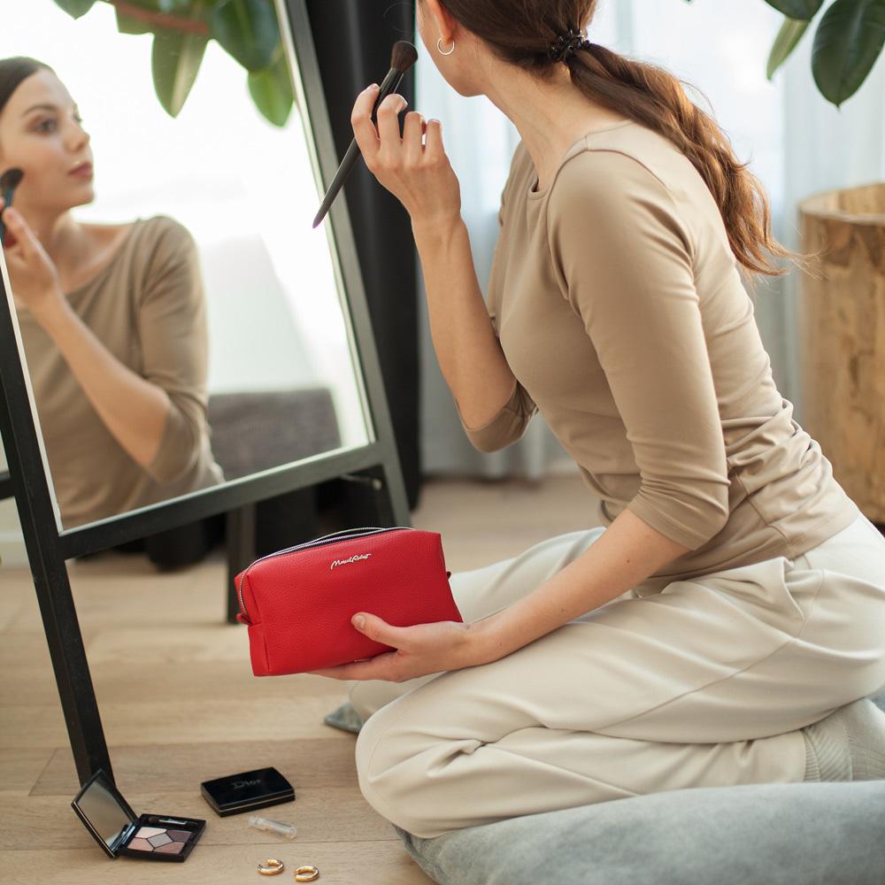 Женская косметичка Briquette Easy из натуральной кожи теленка, красного цвета