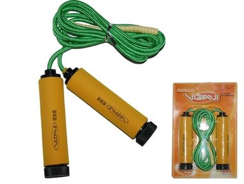 Скакалка - тканевый шнур, пластиковые ручки с неопреновыми накладками. Соединение шнура и ручек улучшено пружинами.Возможность регулирования длинны шнура. Длина 3 метраИндивидуальная упаковка - блистер. :(0685):