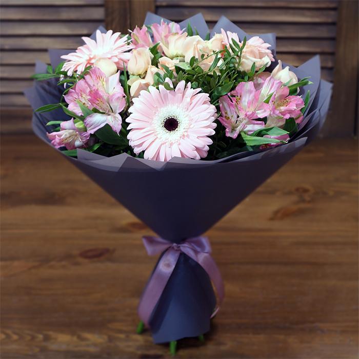 Купить небольшой букет с розовыми цветами для хрупкой девушки в Перми