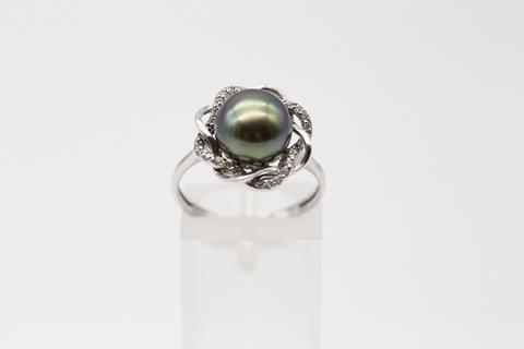 Кольцо из серебра с жемчугом и фианитами 27416S2