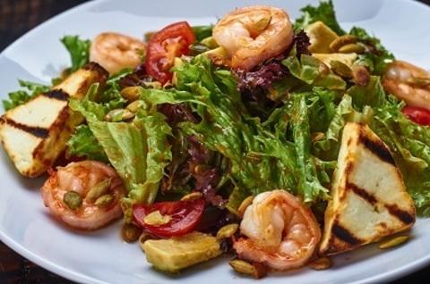 Салат з креветками гарбузове насіння і авокадо