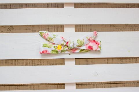 Повязка на голову (солоха) белая с крупными розовыми цветами