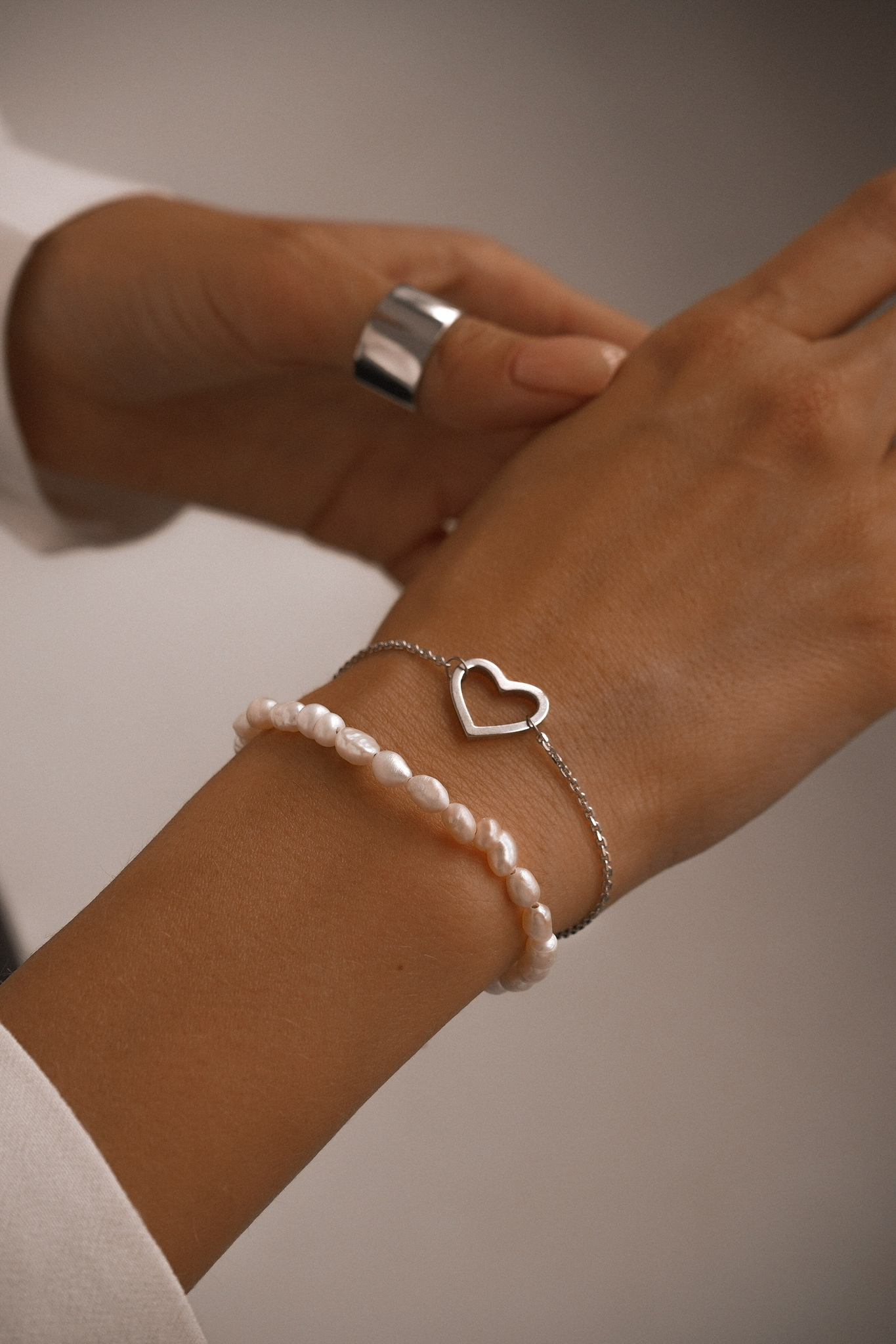 Серебряный браслет на цепочке с культивированным жемчугом