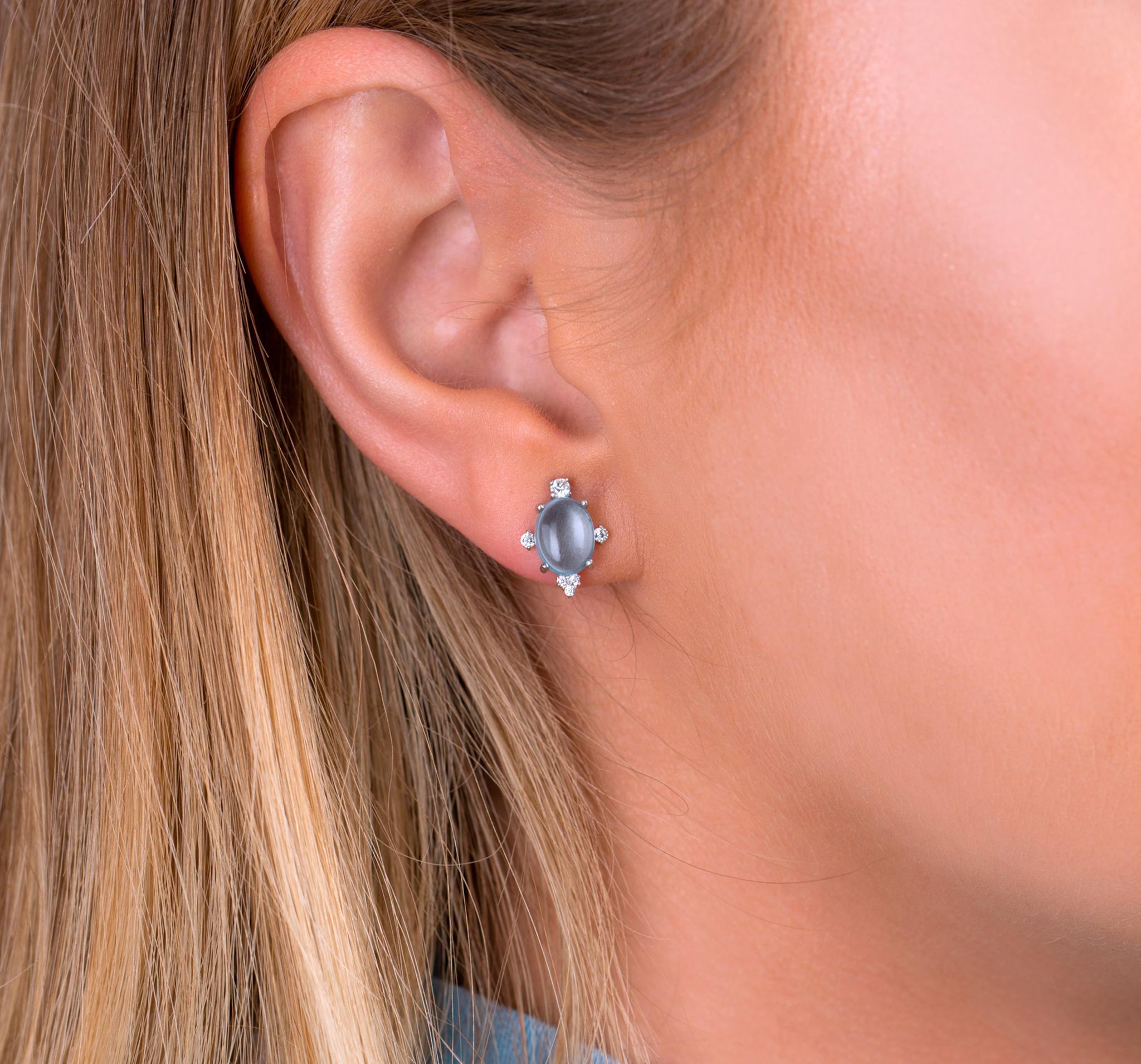 Нежные серебряные серьги-пуссеты с кабошоном натурального голубого топаза