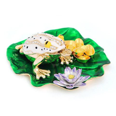 Денежная лягушка на листе лотоса