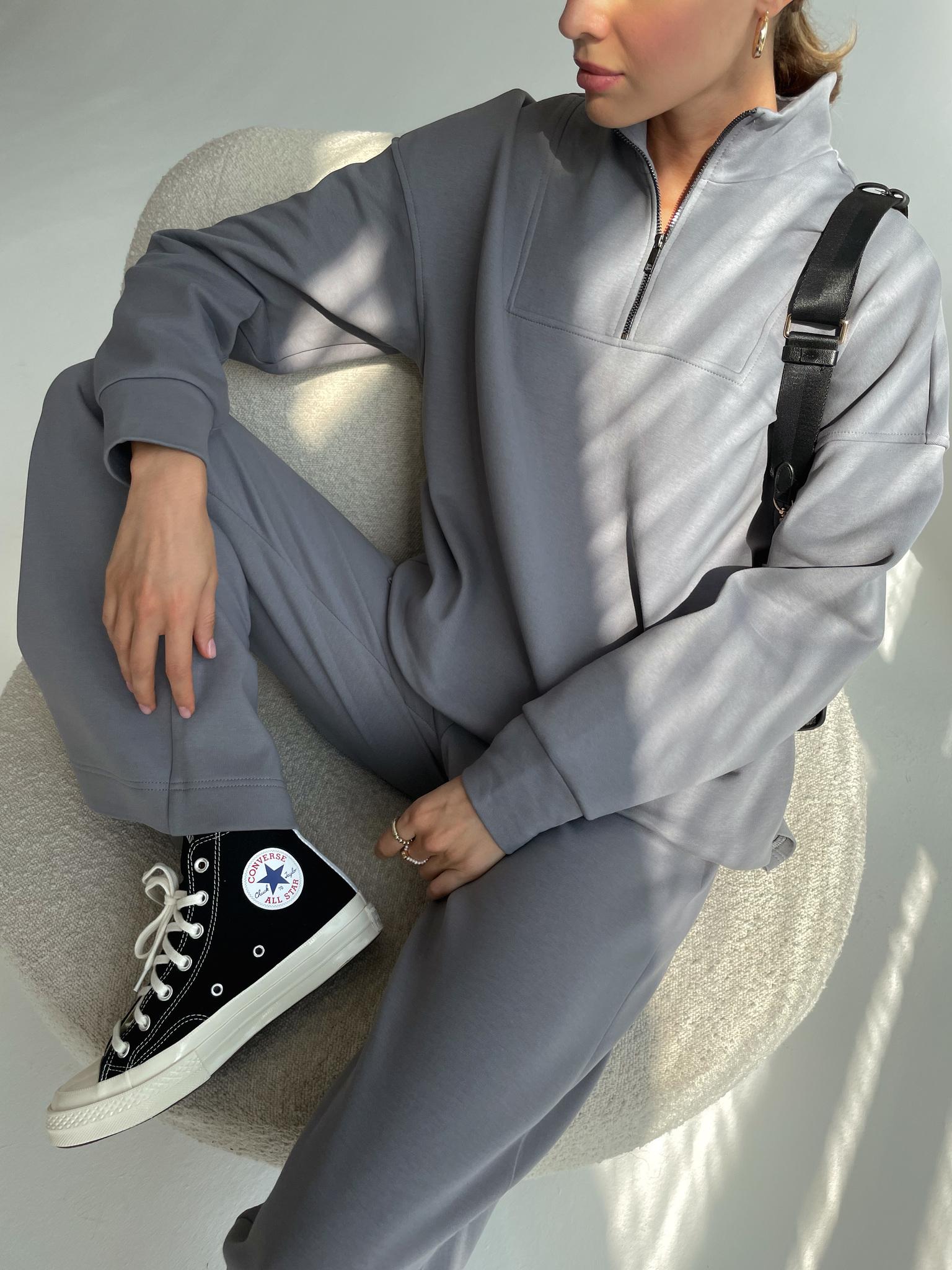 Костюм: Поло на молнии и брюки с разрезами по бокам (графит)