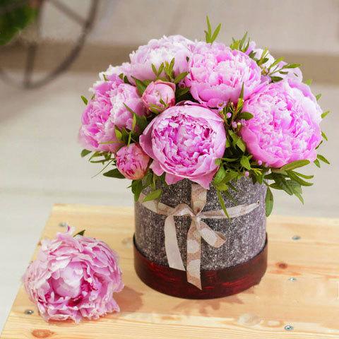 Купить небольшой букет розовые пионы в шляпной коробке в Перми