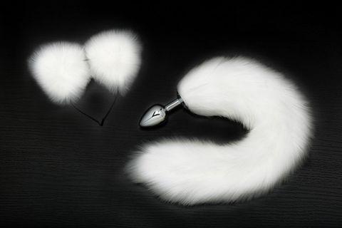 Серебристая анальная пробка с белым хвостиком и ободком-ушками
