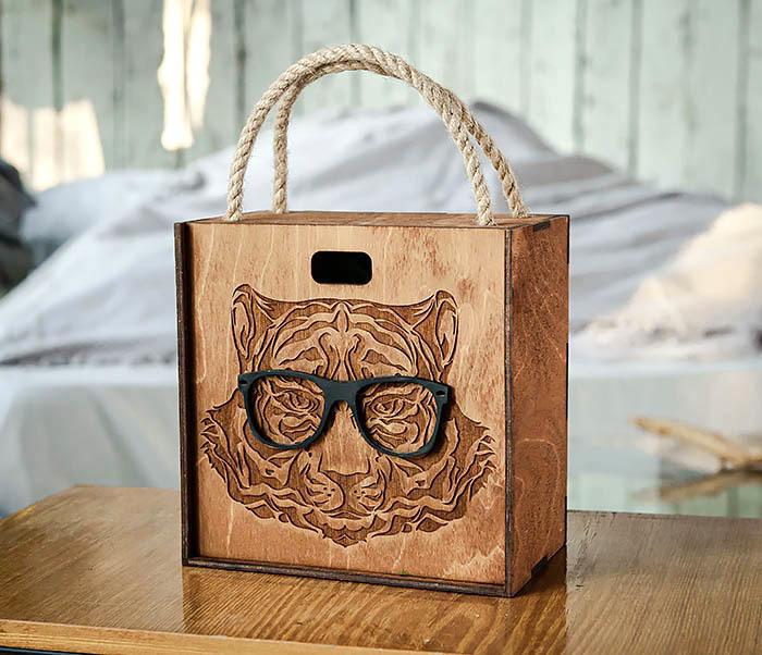 BOX248-2 Коробка с ручками для подарков с тигром в очках (17*17*10 см) фото 02