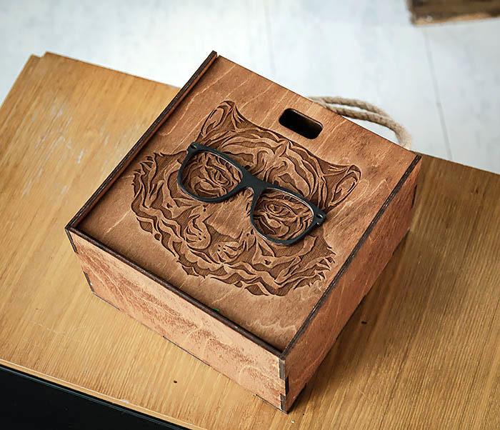 BOX248-2 Коробка с ручками для подарков с тигром в очках (17*17*10 см) фото 04