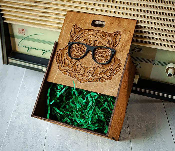 BOX248-2 Коробка с ручками для подарков с тигром в очках (17*17*10 см) фото 05