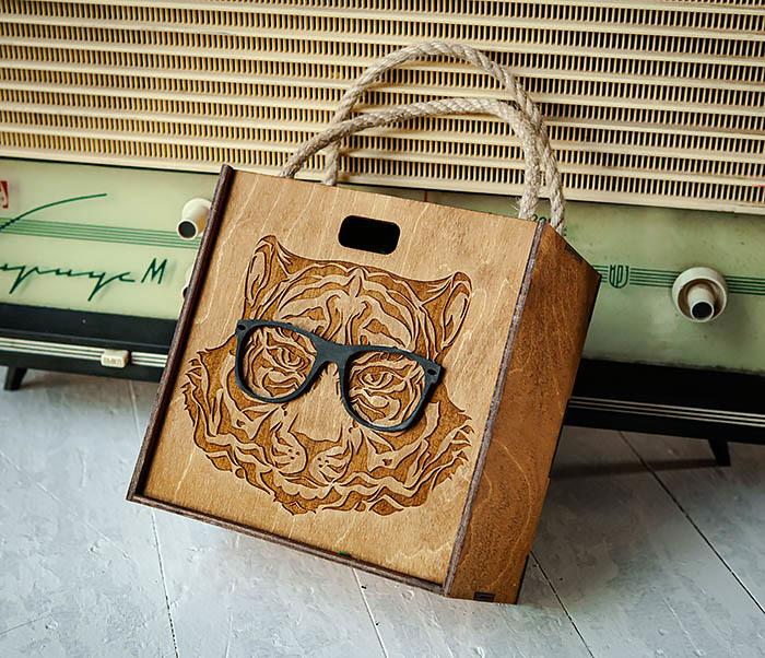 BOX248-2 Коробка с ручками для подарков с тигром в очках (17*17*10 см)