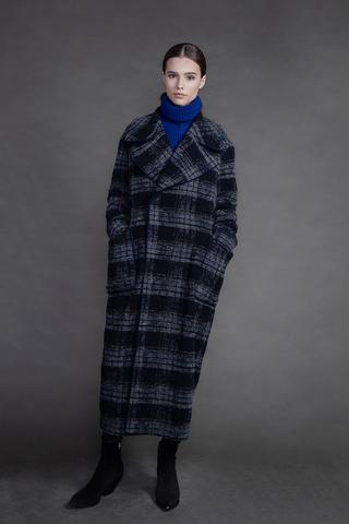 Длинное двубортное пальто.