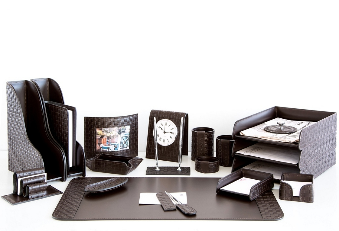 На фото набор на стол руководителя артикул 62015-EX/CT 20 предметов выполнен в цвете темно-коричневый шоколад кожи Cuoietto Treccia и Cuoietto. Возможно изготовление в черном цвете.