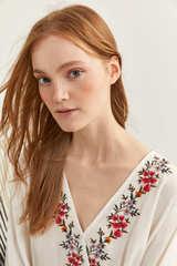 Блуза з запахом і квітковою вишивкою