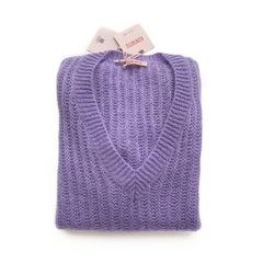 Объемный удлиненный свитер с V образным вырезом (Лаванда)