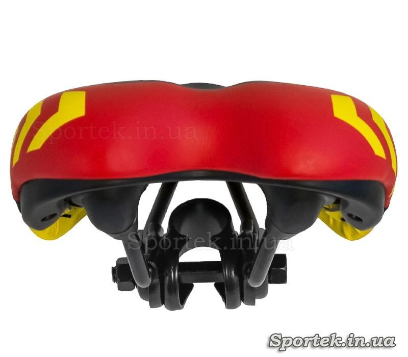 Вигляд ззаду на дитяче велосипедне сідло чорно-червоно-жовте (235х140)