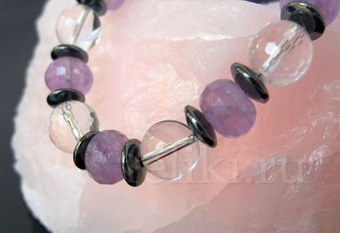 бусы из аметиста и горного хрусталя на розовом кварце