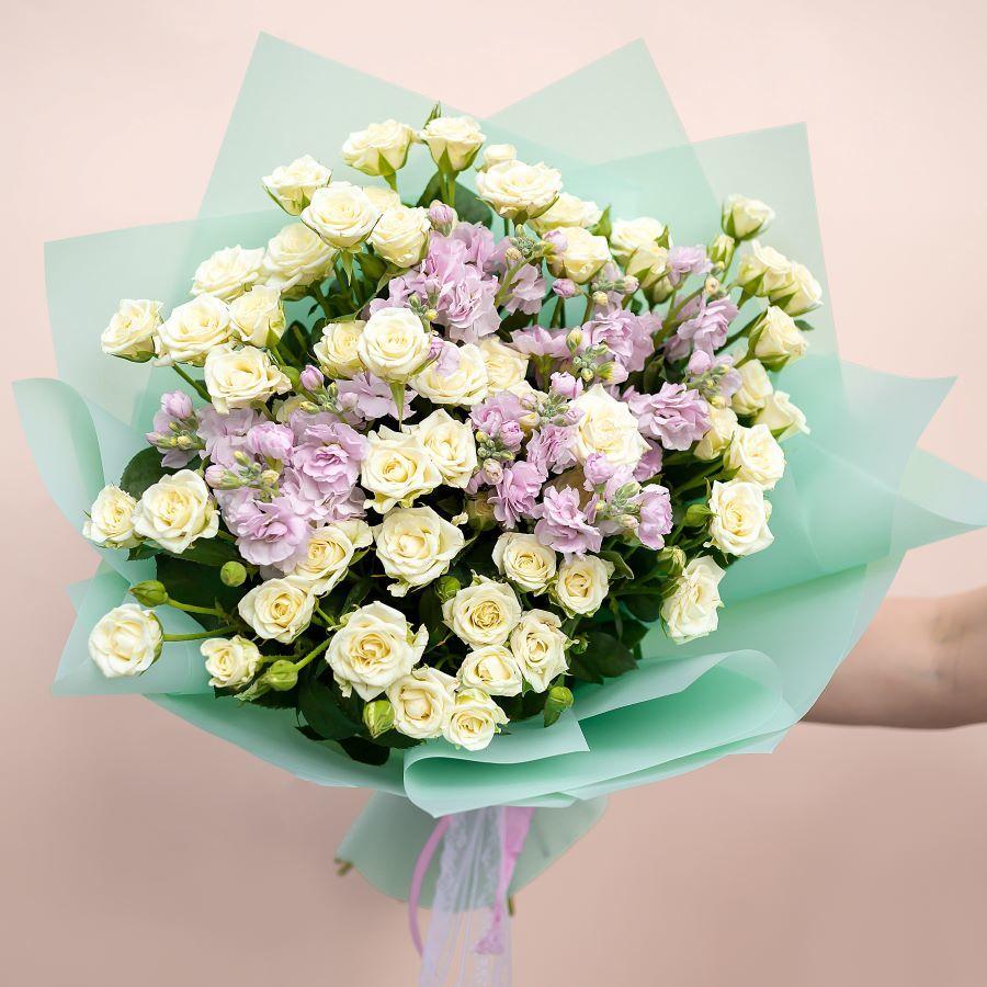 Букет из маттиолы и кустовой розы