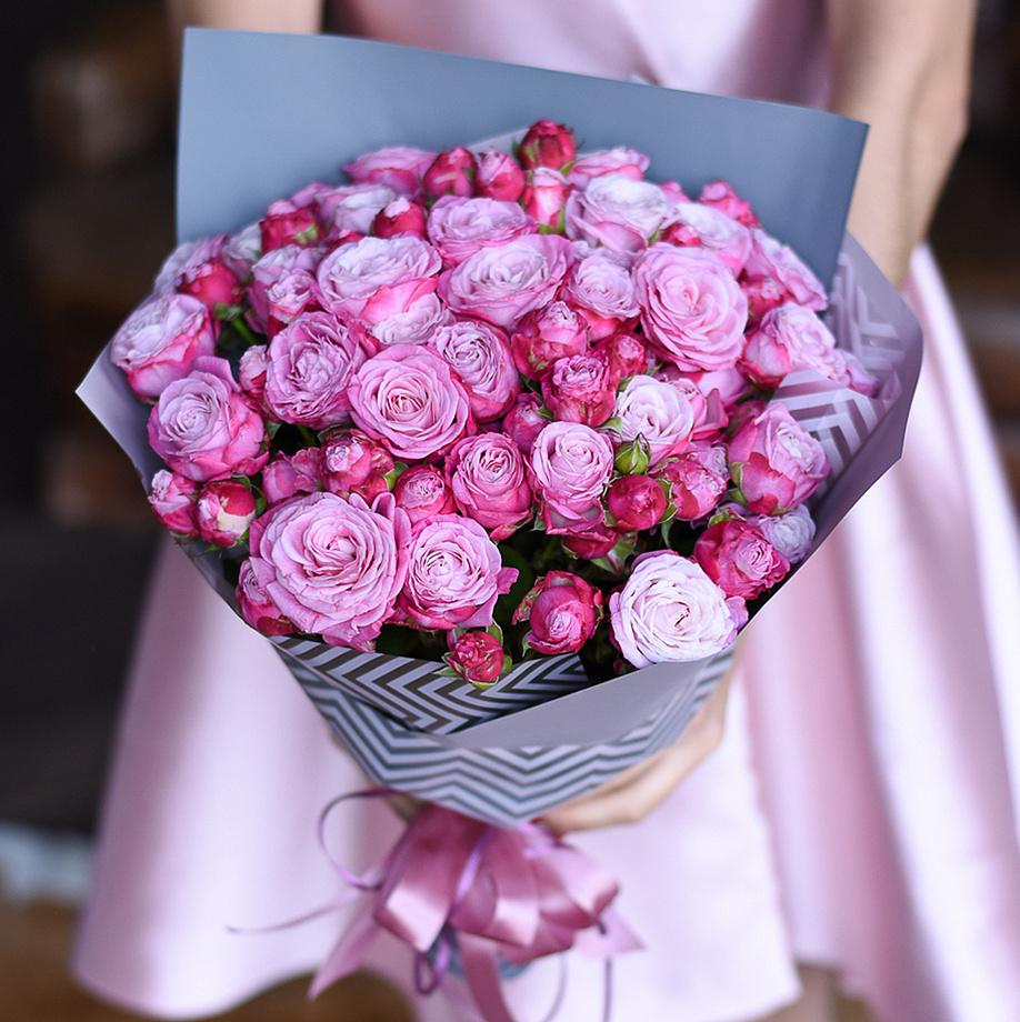 Купить шикарный вип букет розовых сиреневых кустовых пионовидных роз в Перми доставка цветов
