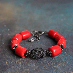 Браслет из красного коралла с черненой фурнитурой и фианитами