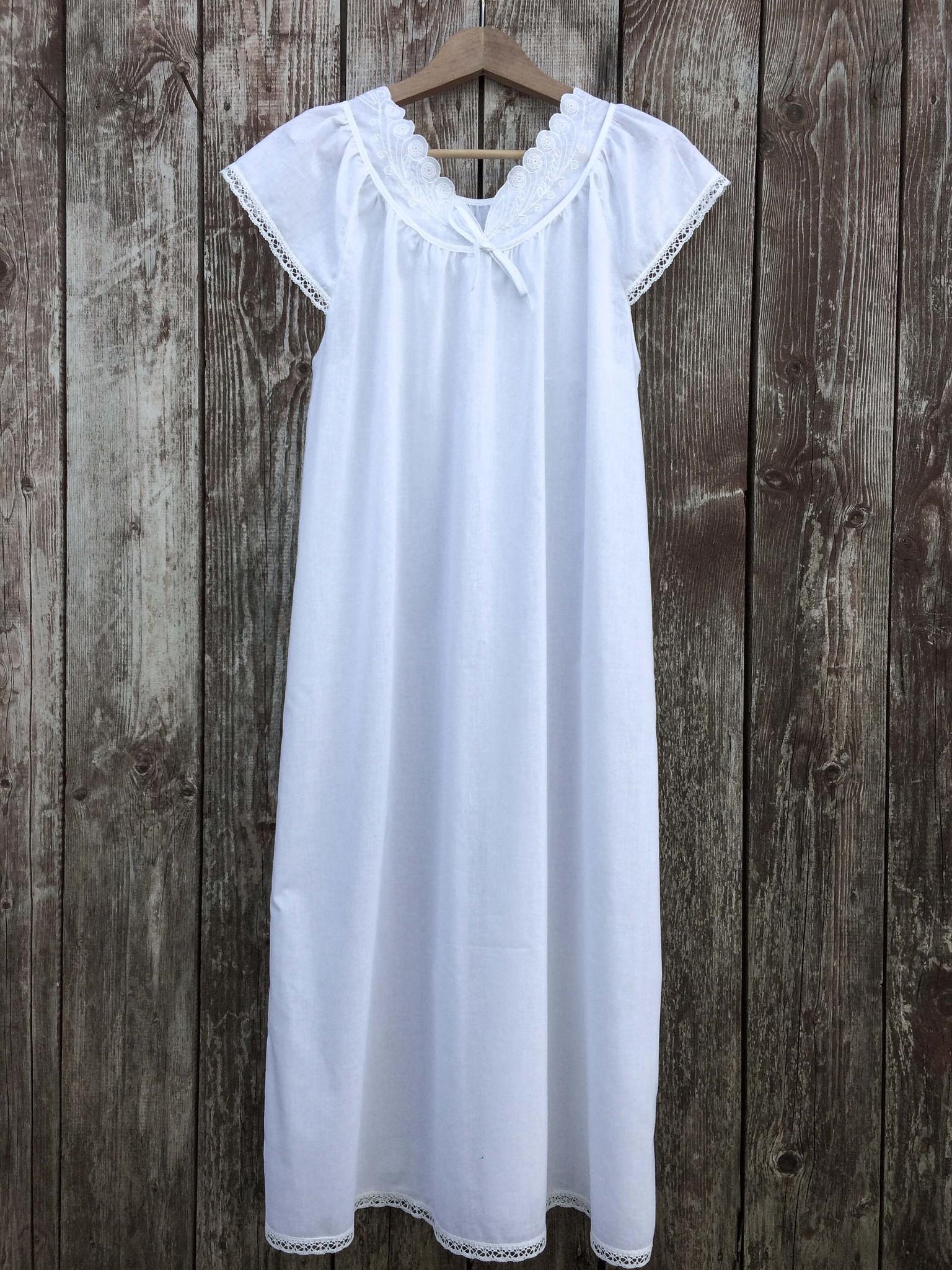 Сорочка ночная с кружевом и вышивкой
