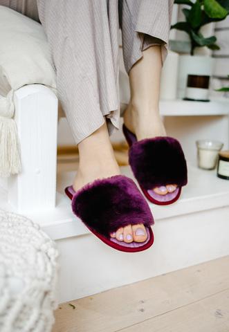 Меховые тапочки пурпурные с цельной шлейкой с текстильной стелькой светло-сиреневой (склад)
