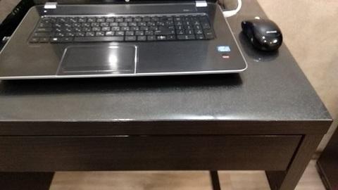 Рифленая скатерть на компьютерном столе
