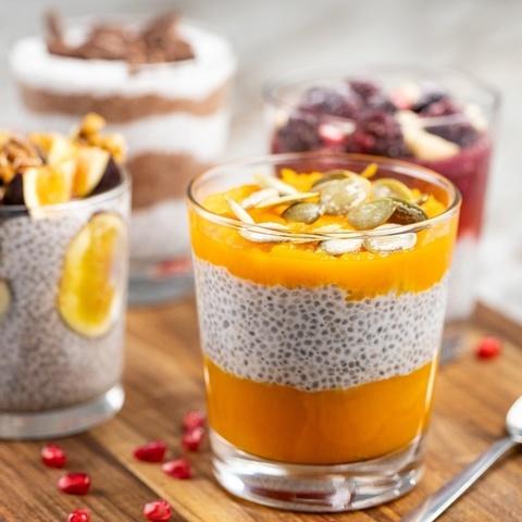 Пудинг с семенами чиа, персиком и клубникой