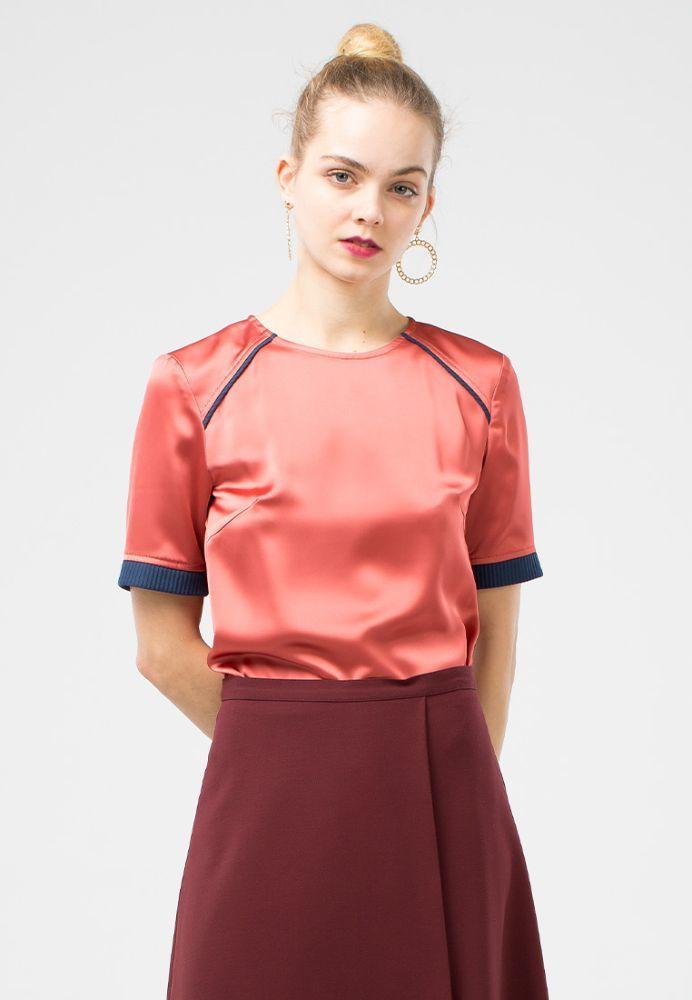 Блуза Г565-158 - Атласная блуза прямого силуэта с рукавом до локтя. Манжеты на рукавах и плечевые кокетки обработаны контрастной рельефной тканью. Можно носить как на выпуск, так и заправлять в юбку или брюки. С этой моделью легко создать элегантный вечерний или деловой, для работы, образ.