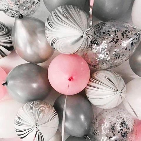 Шарики под потолок в серо-розовой гамме