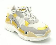 Светлые кроссовки с яркими вставками на светлой подошве