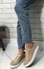 Бежевые кожаные кеды кроссовки женские. Спортивные туфли кроссовки кожаные. Бежевые кеды на белой подошве.
