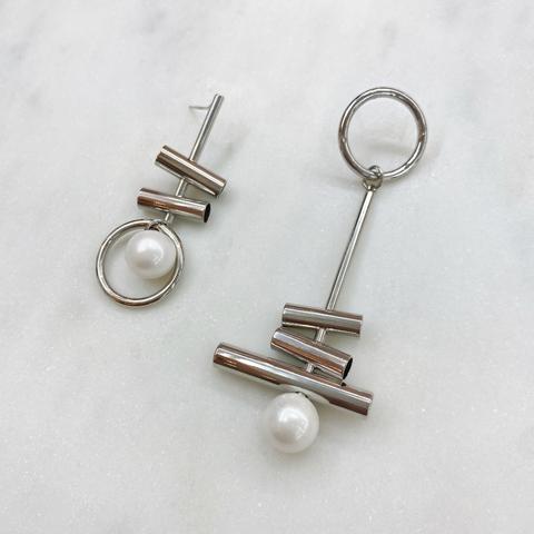 Серьги-подвески асимметричные с цилиндриками и жемчужинами (серебристый) ш925