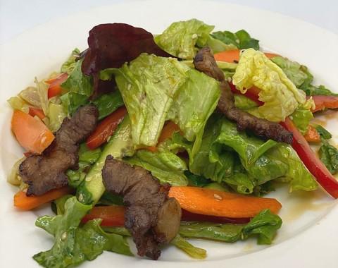 Теплый салат с говядиной, пряной морковью и кунжутом
