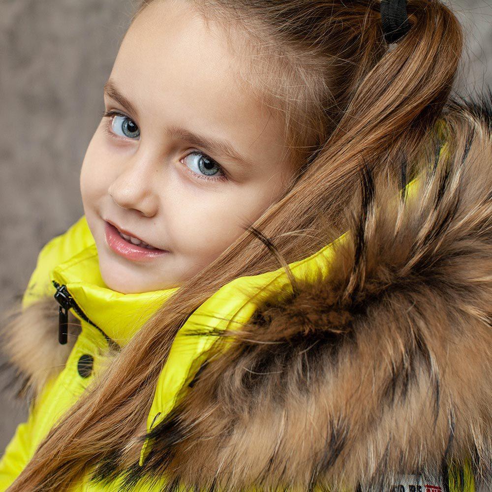 Детский зимний костюм с натуральной опушкой в желтом цвете для девочки