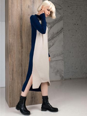Фактурное платье прямого силуэта с контрастным асимметричным рисунком и воротником-стойкой - фото 7
