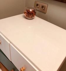Накладка рифленая на белом столе толщина 2 мм.