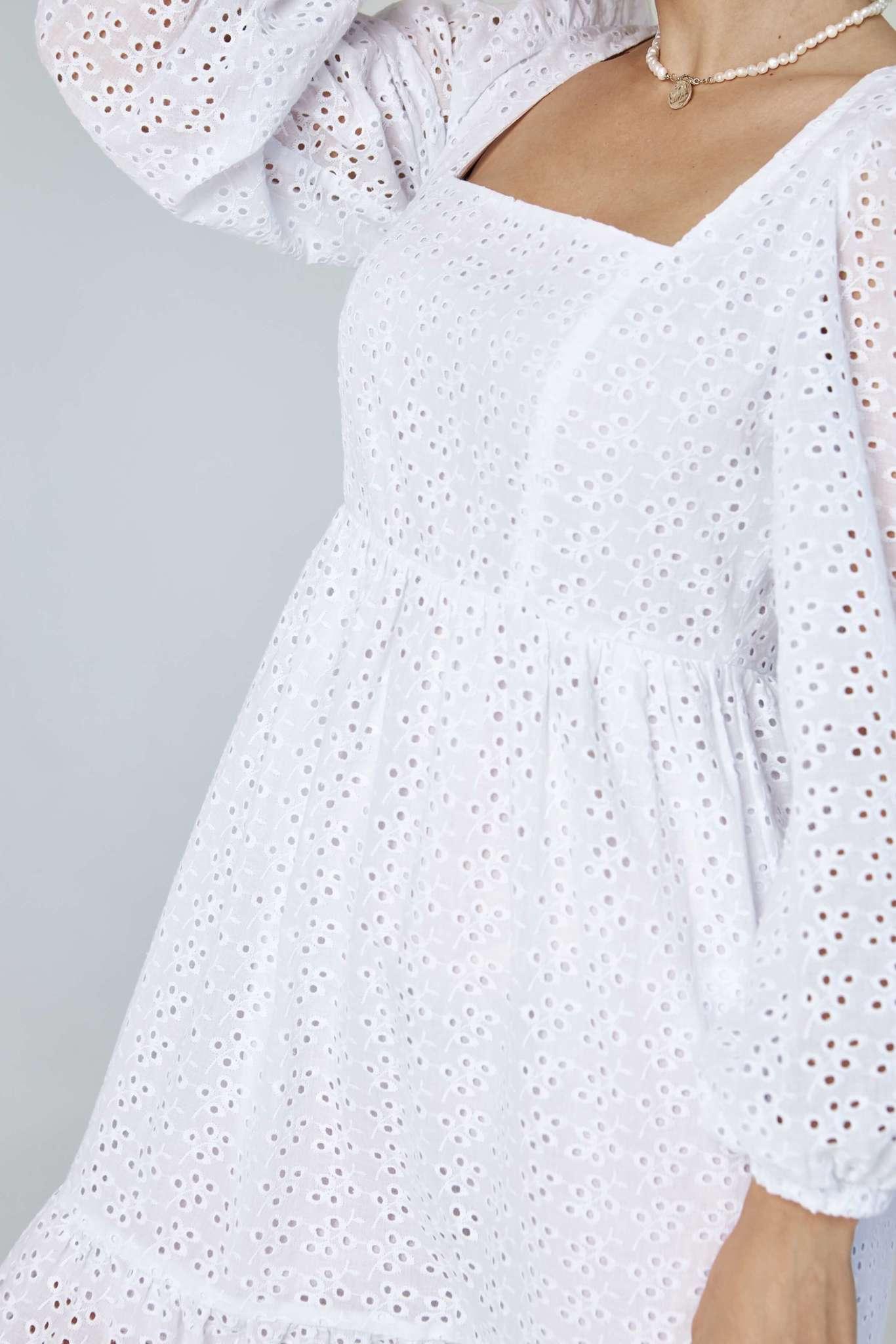 Легкое платье из шитья с объемными рукавами