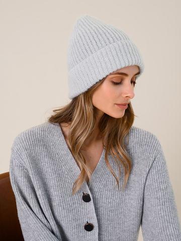 Женская шапка молочного цвета из мохера - фото 4