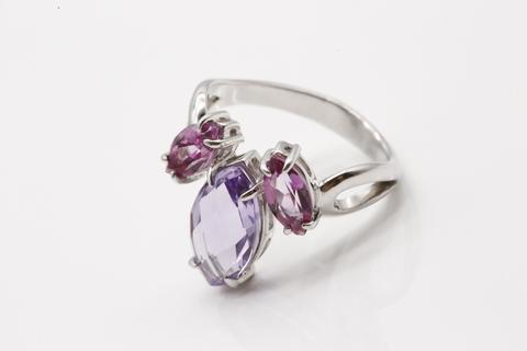 Кольцо из серебра 925 с аметистом и розовыми топазами.
