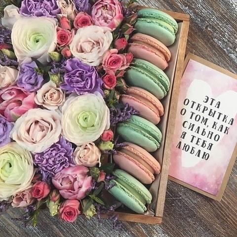 Композиция с Макарон и цветами в деревянном ящике (цвет на выбор клиента)