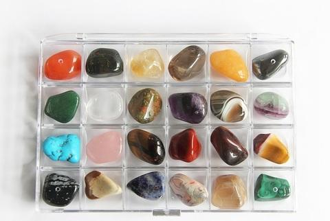 Коллекция самоцветов в контейнере