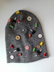 Стильная шапочка с пуговками для тех кто шьет