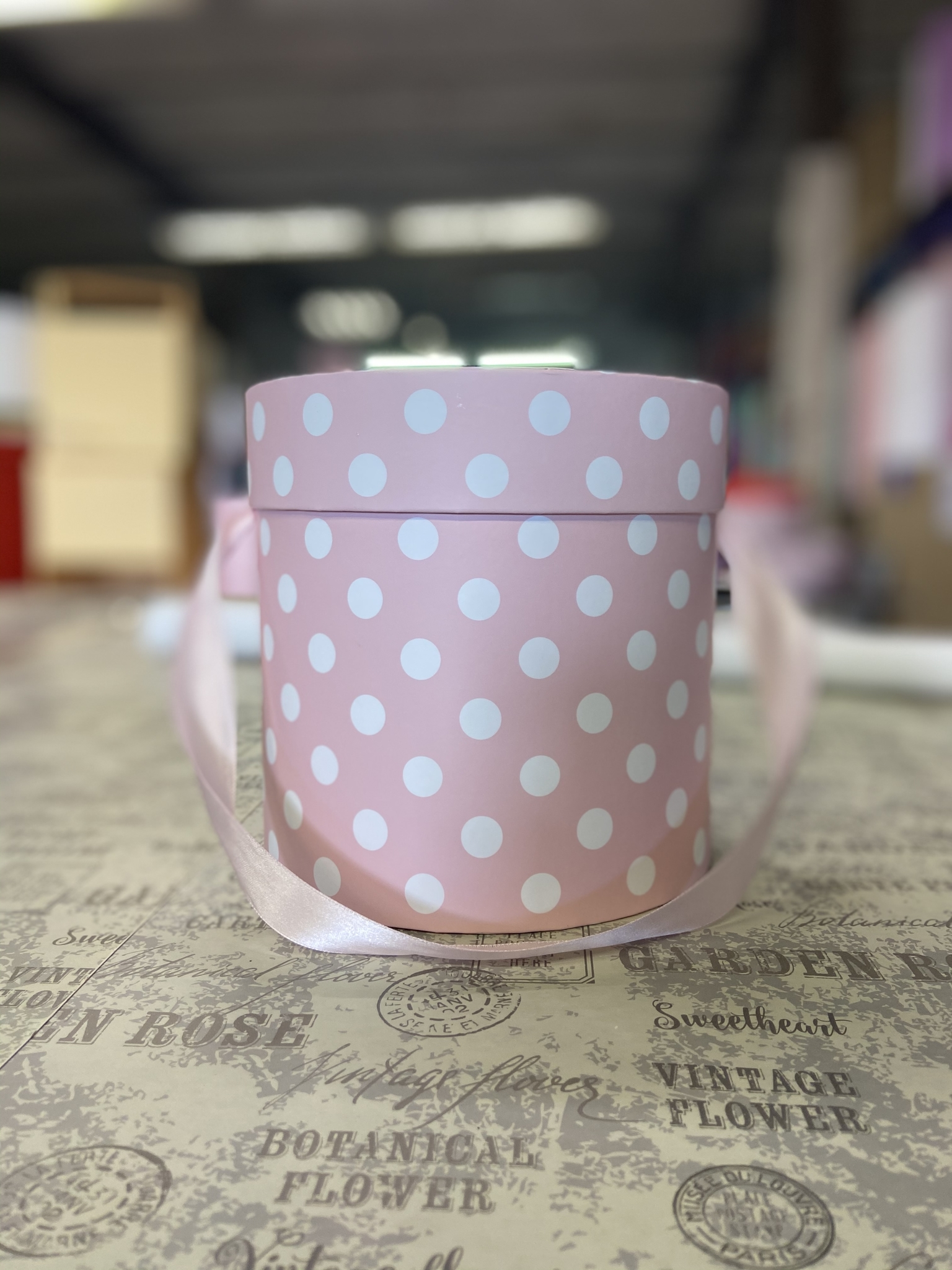 Шляпная коробка эконом вариант 18 см . В розовый горох . Розница 350  рублей .