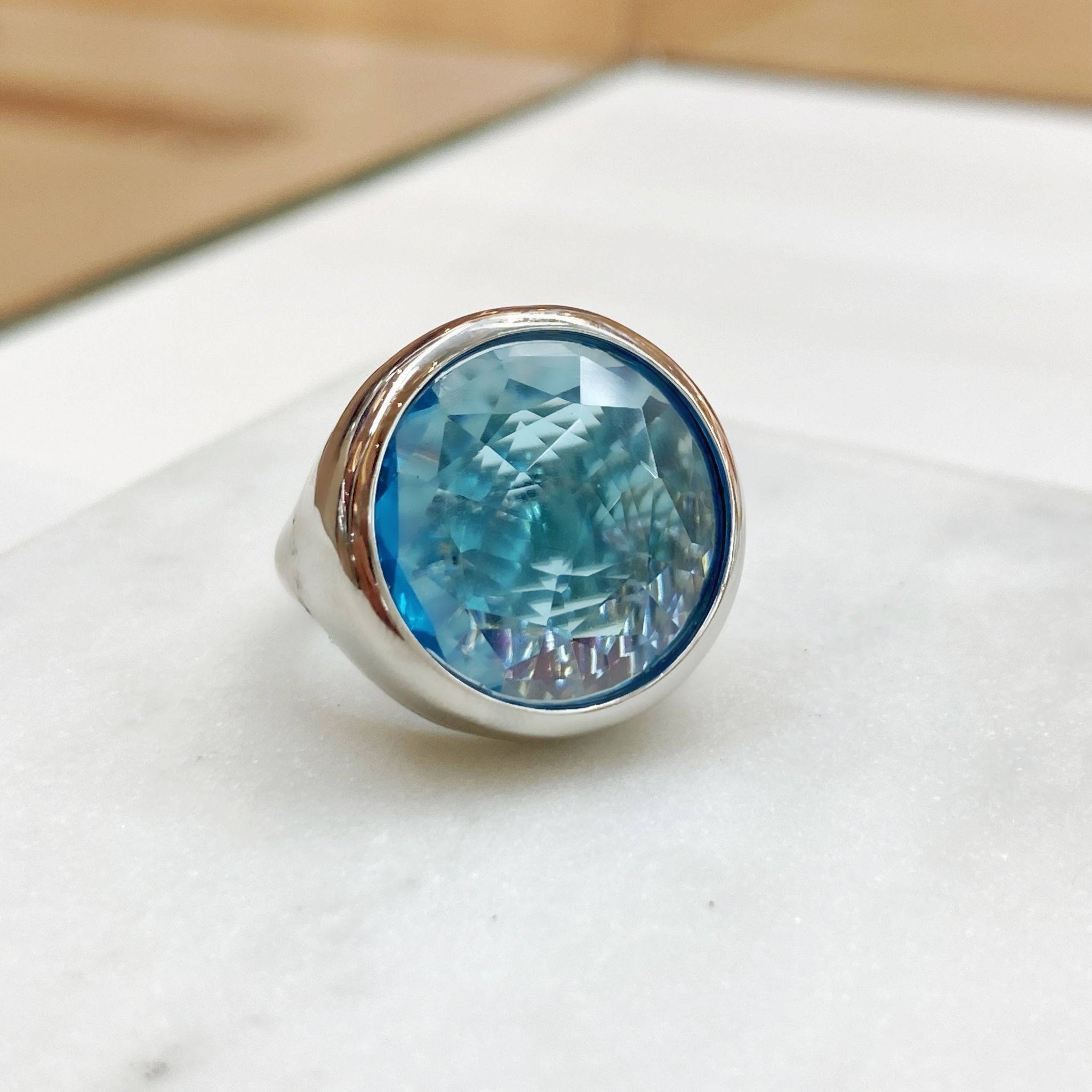 Кольцо Vi круг хрусталь голубой
