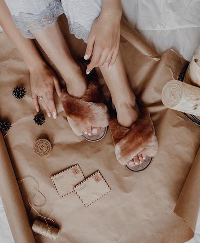 Меховые тапочки карамель с перекрестными шлейками и текстильной стелькой карамель