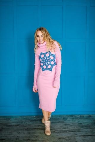 Платье свободного кроя розовое с синим кружевом