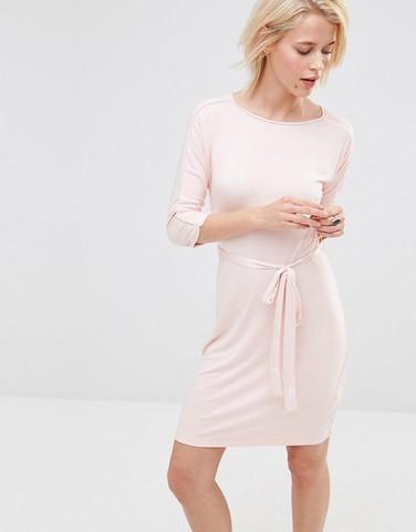 Розовое платье с поясом на талии