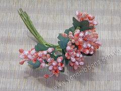 Тычинки с ягодами в букете коралловые